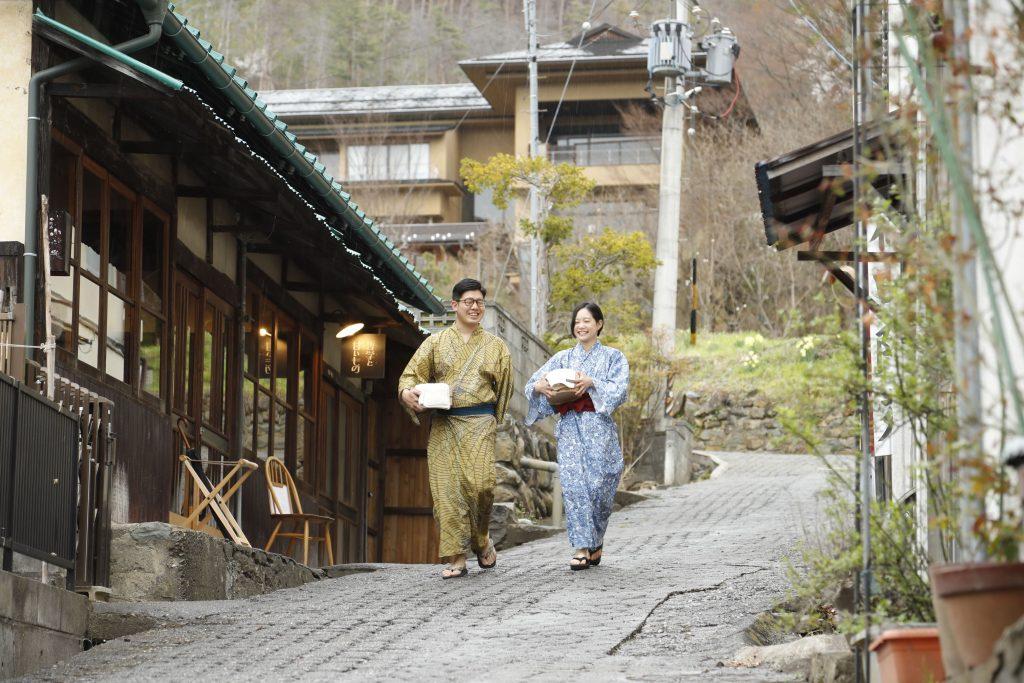 浅間温泉を浴衣で歩くカップル(写真提供;松本十帖)