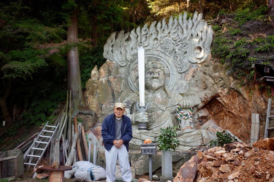 「不動明王」の磨崖仏を掘り続ける田中唯支さん